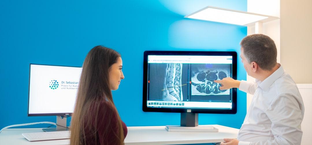 Dr. Sebastian Lins - Praxis Radiologie und Nuklearmedizin - Befundbesprechung mit Patient