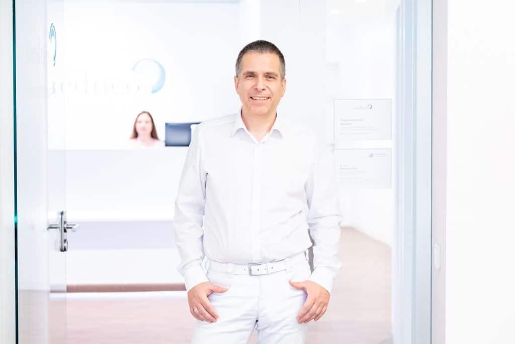 Dr. Lins vor seiner Praxis